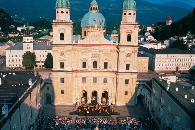 Jedermann Aufführung vor dem Dom zu Salzburg.