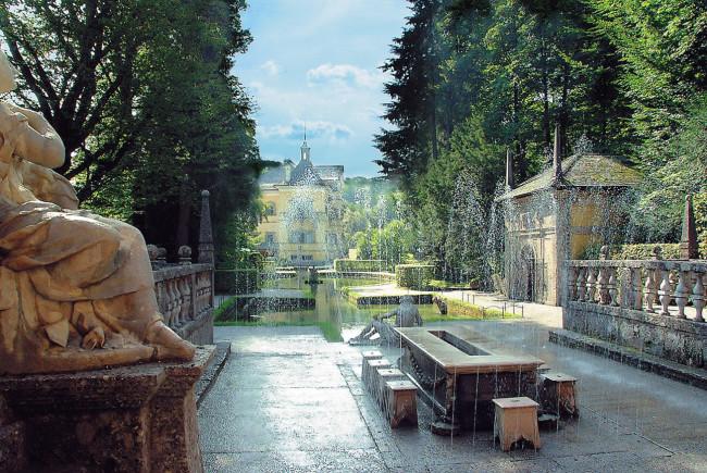 Die Wasserspiele in Hellbrunn. Der Fürstentisch und im Hintergrund das Lustschloss. ©Tourismus Salzburg