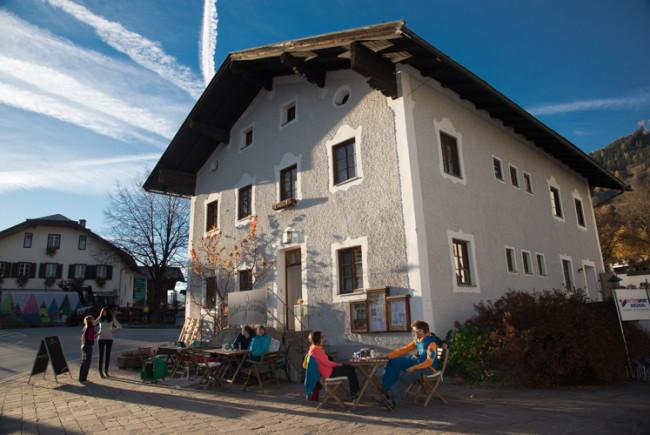 Im Zentrum von Piesendorf beherbergt das alte Mesnerhaus das wohnZimma.