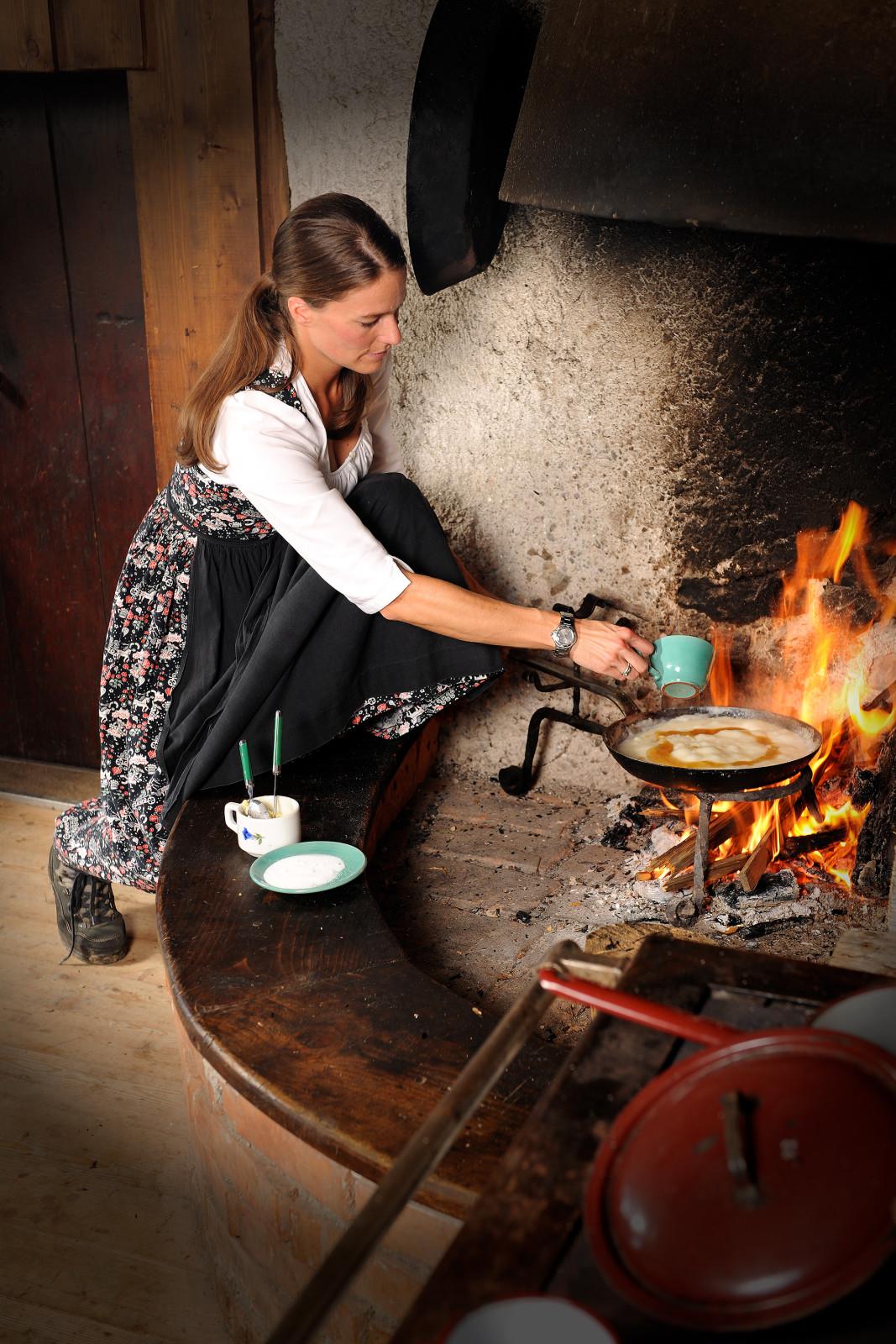 Barbara Unterrainer bereitet das Bachlkoch auf dem offenen Feuer zu. c Foto Bauer