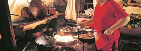 Theresia Bacher in ihrem Schwaigerlehen in Stuhlfelden - an der offenen Kochstelle Bild: Walter Schweinˆster