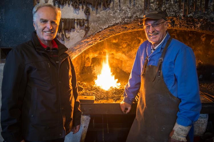 Siegmund Riedlsperger und Adam Grundner öffnen die Hüttschmiede für die Bachlschneid.