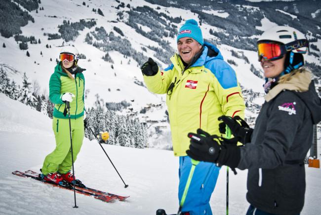 Skilegende Bartl Gensbichler bei der Kursbesichtigung mit Andrea Fischbacher und Jessica Depauli. c Mirja Geh