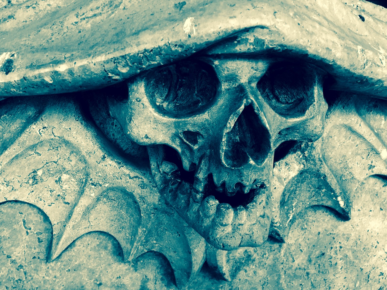 Gruselige Fratzen findet man am Friedhof St. Sebastian an jeder Ecke