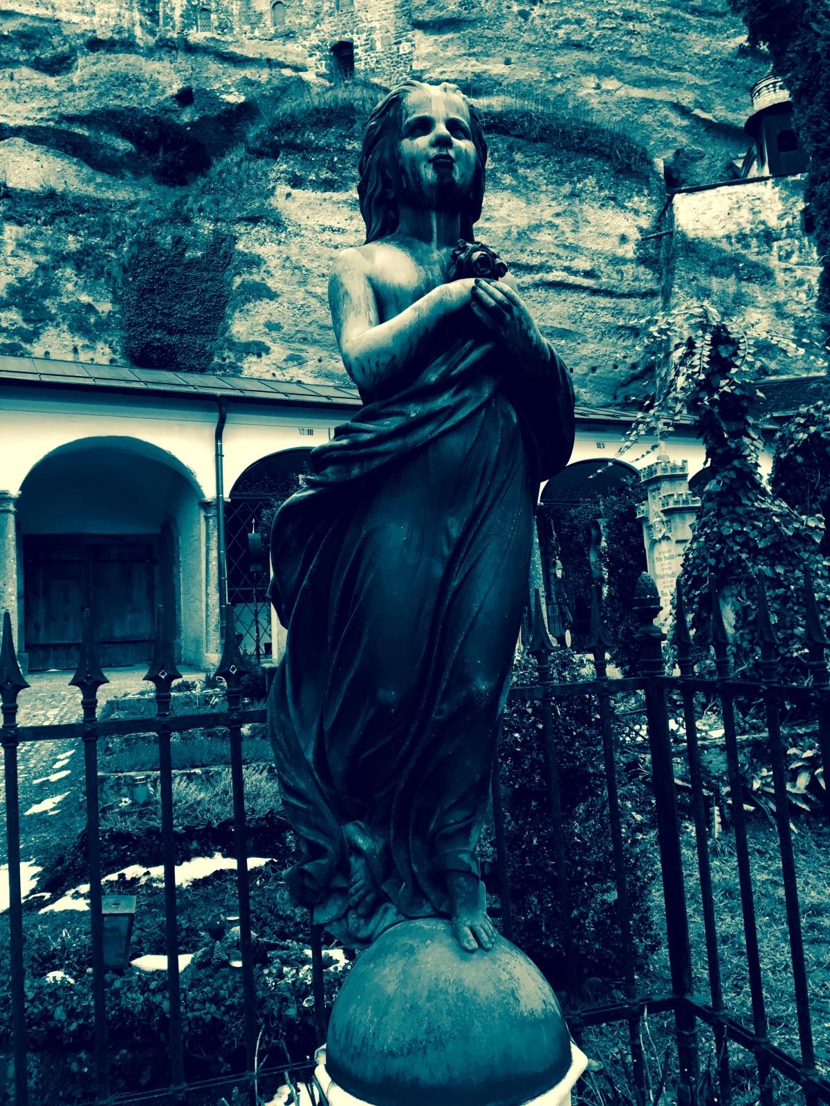 Statue am Petersfriedhof