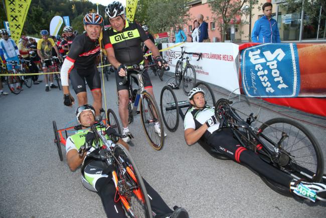 Zum zweiten Mal fand im Rahmen der Eddy Merckx Classic ein Handbike-Race statt: SLTG-Geschäftsführer Leo Bauernberger MBA und Eddy Merckx mit den Rollstuhlsportlern Lars Hoffmann und Mario Holzreiter.