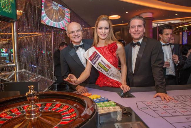Miss Austria Annika Grill brachte die Goldene Roulettekugel gemeinsam mit GD Dr. Karl Stoss und Direktor Paul Vogel zum Rollen. ©Nikolaus Faistauer / Casinos Austria