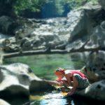 Wanderin beim Wasser trinken