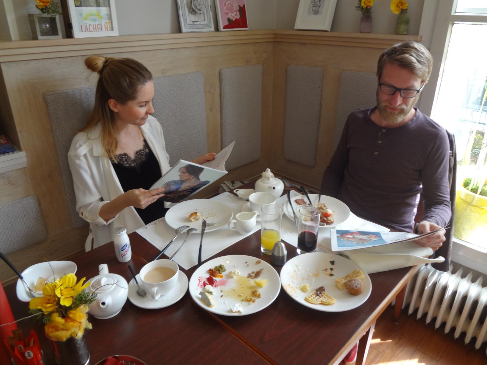 Pärchen beim gemütlichen Sonntagsfrühstück. © Hotel Rosenvilla