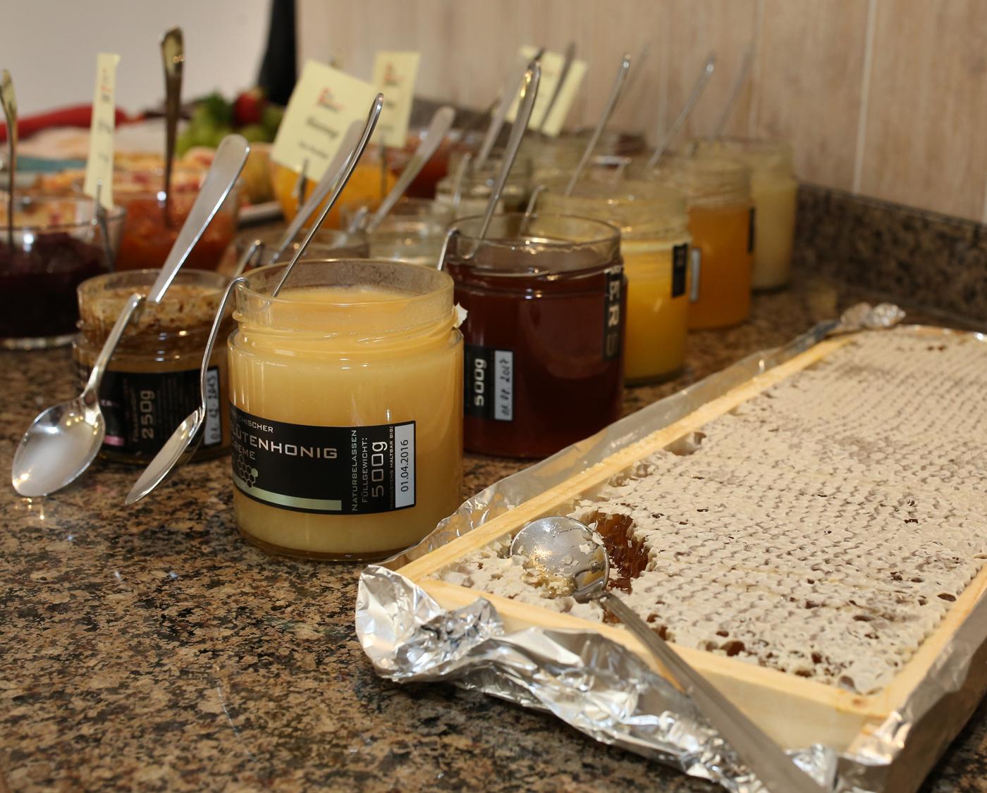 Zehn verschiedene Honigsorten plus Wabe – nicht schlecht, Herr Specht. © Hotel Rosenvilla