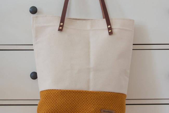 Die erste Shopper Tasche von Lisa Geretsegger, aus Baumwolle mit Lederriehmen. Label: Reisefäden