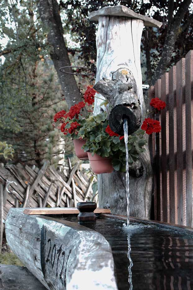 Brunnen mit Steckenzaun