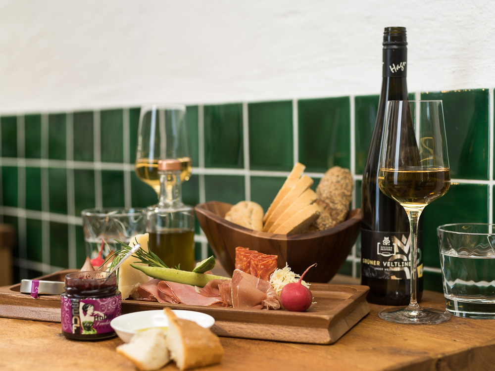 Eine herzhafte Jause veredelt den Weingenuss.