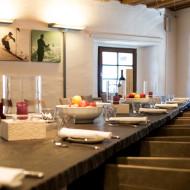 An der langen Tafel werden die gemeinsam zubereiteten Gerichte verspeist. c Klaus Bauer