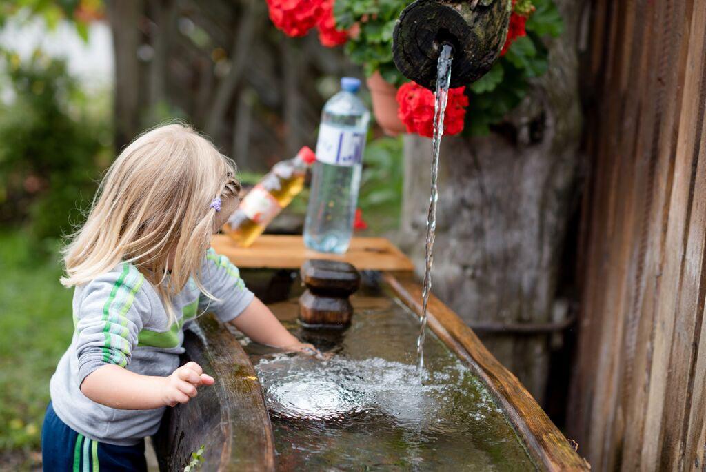 Wasser fasziniert Kinder
