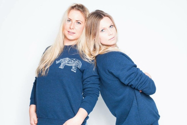 Unisex Sweatshirt mit Nashorn Druck in weiß  Handgezeichnet und handgedruckt in Salzburg   Foto- Michael Kritzinger  Model- Julia Keser und Kristina Keser  Haare&MakeUp- Anna Reinhartz