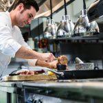 In der neuen Kochschule im Restaurant Tiroler Buam unterrichtet Robert Mair seine Schüler.