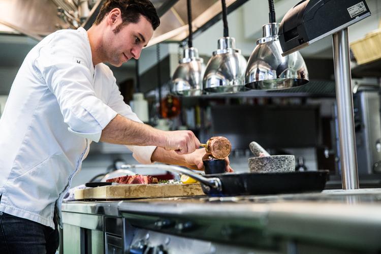 In seiner Kochschule unterrichtet Robert Mair seine Schüler. c Bazzoka Creative GmbH