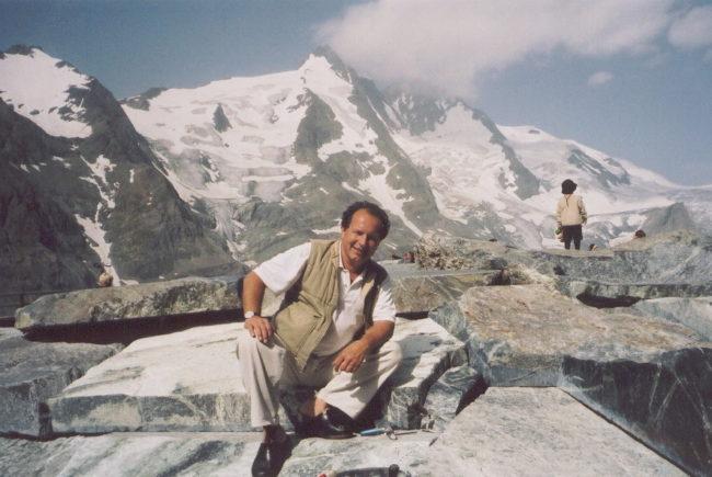 Johann Weyringer vor dem Großglockner, der den Künstler zu seiner Skulptur 'Wellenberg' inspirierte.