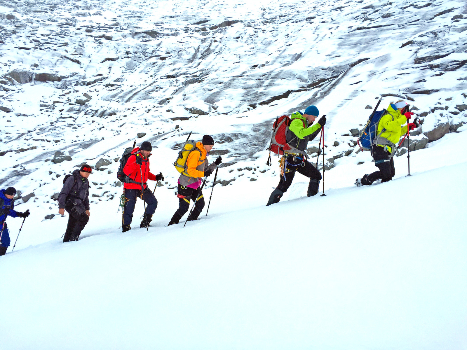 Karawanen von Bergsteigern erklimmen auch heute, trotz des schlechten Wetters, den Gipfel des Großvenedigers.