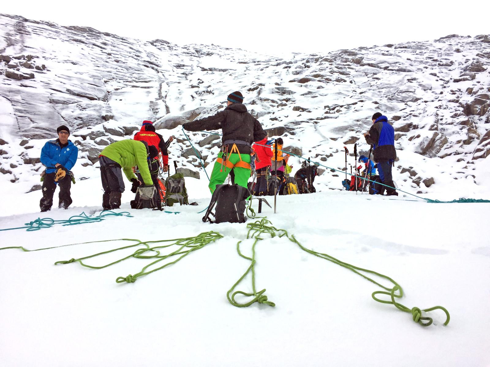 Seilschaften zum Schutz gegen die Gletscherspalten werden gebildet.