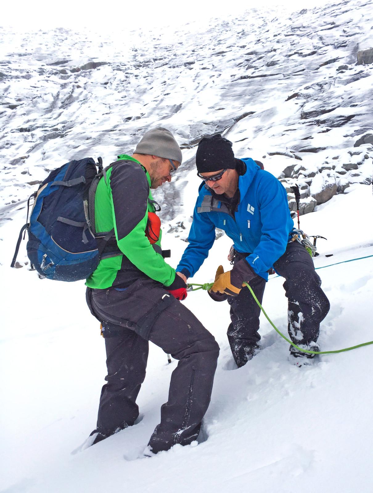 Die Bergführer zeigen vor, wie es geht.