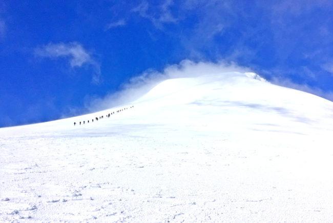 Der Gipfel rückt ins Blickfeld und kurz öffnet sich sogar ein Sonnenfenster.