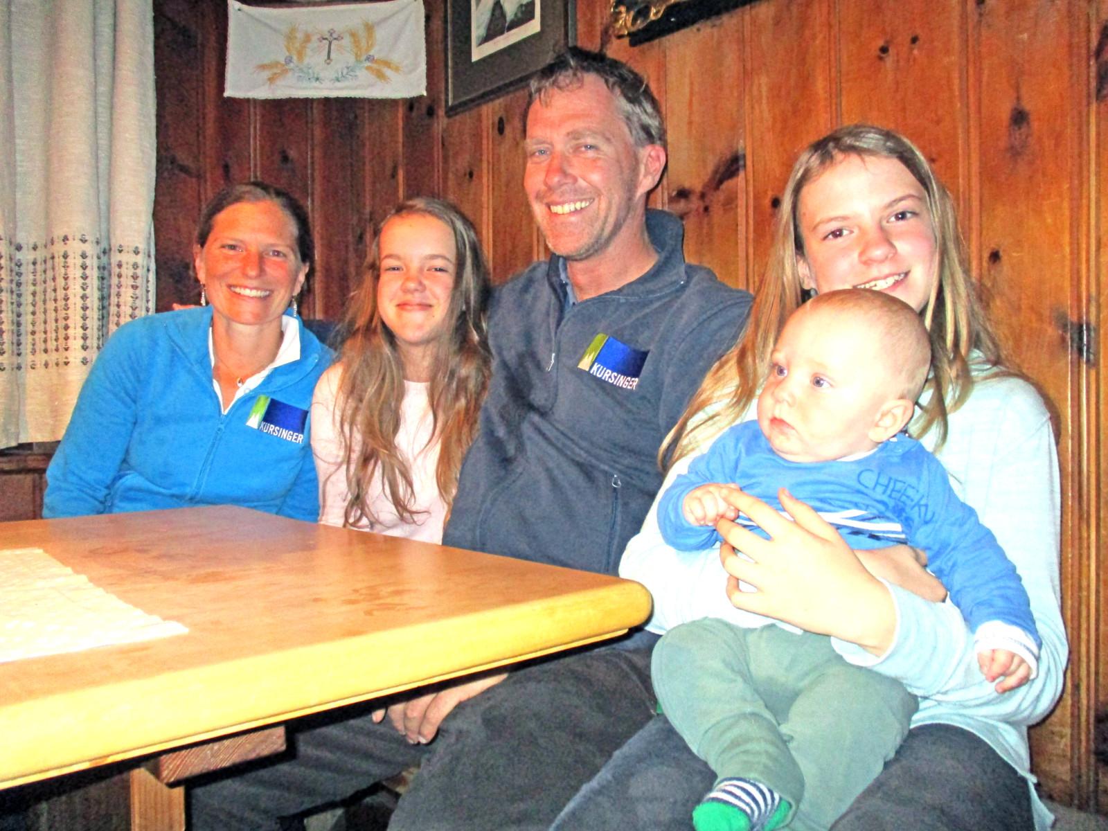 Er freut sich auf jeden Gast: Emil Widmann, Wirt der Kürsingerhütte, mit seiner Familie.