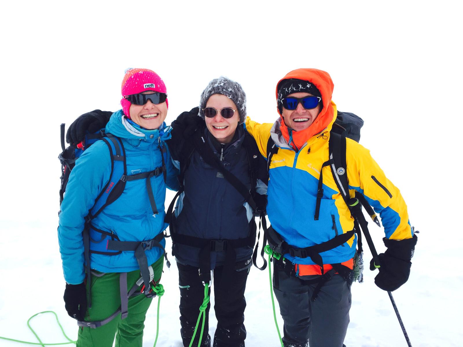 Bald ist der Gipfel erreicht! Ich, Christina und Hans-Peter in Vorfreude.
