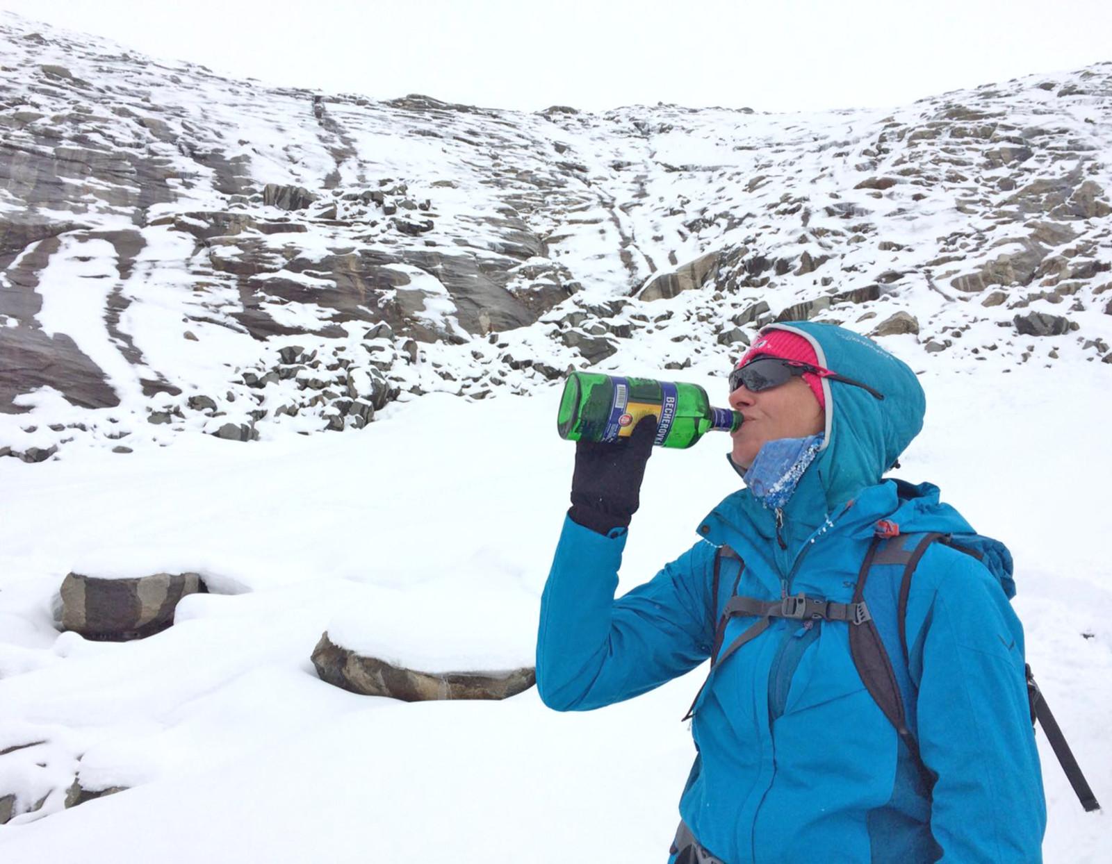 Wir sind wieder herunten vom Gletscher. Da haben wir uns jetzt aber wirklich unseren Schluck Schnaps verdient. (Foto: Christina Geyer)