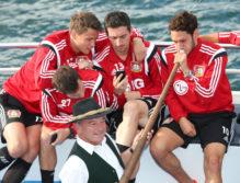 Spieler der Werself von Bayer 04 Leverkusen beim Alphorn-Spielen am Zeller See.