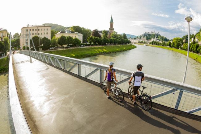 Pärchen beim Radfahren auf Brücke - Tauernradweg
