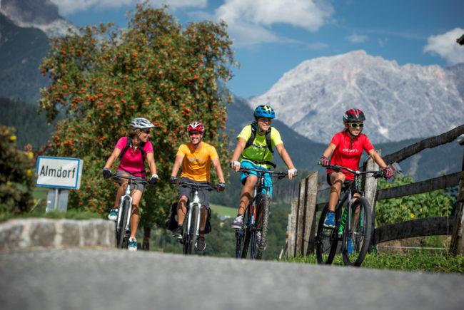 Vier Radfahrer unterwegs auf dem Tauernradweg im SalzburgerLand