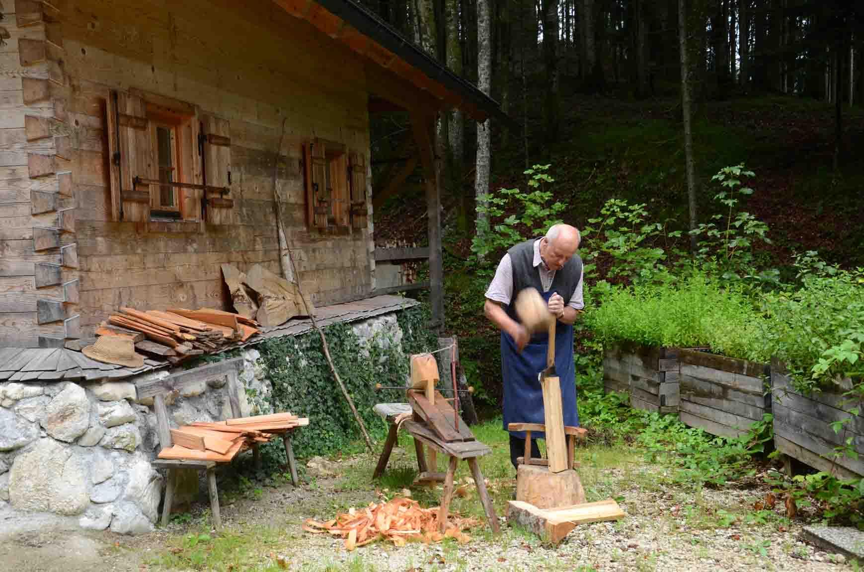 ... einem Holzhammer ...