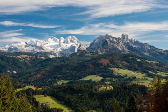 Ein herbstlicher Blick von der Postalmstraße Richtung Dachsteinmassiv (Foto: Coen Weesjes)