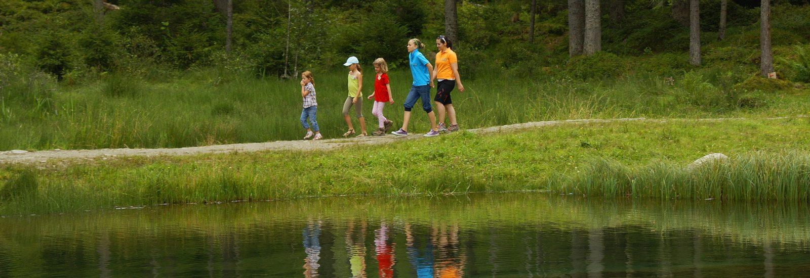 Rund um den See führt der Natura Trail Blausee.