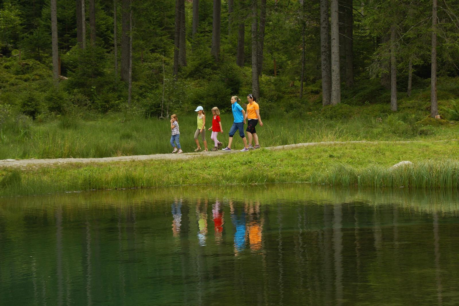 Rund um den See führt der Natura Trail Blausee. c Nikolaus Faistauer