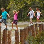 Kinder lieben die Spielestationen am Blausee.