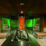 Die Sauna Cascadia lädt mit stimmungsvollem Farbspiel zum gesunden Schwitzen ein.