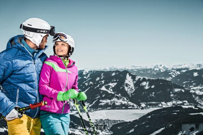 Pärchen beim Skifahren auf der Schmittenhöhe.