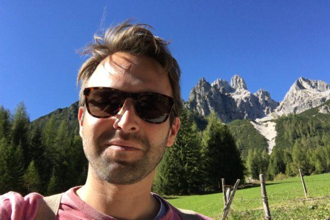 Autor Peter Zeitlhofer vor der Bergwelt in Filzmoos