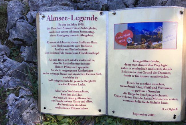 Die Legende vom Almsee wird auf einer Tafel beim See erzählt.
