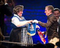 Wimpeltausch zwischen Renate Maier und Muck Emcy (c) Red Bull Content Pool/Mirja Geh