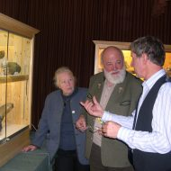 Heli und Sepp Forcher sind interessierte Gäste bei der Mineralien-Info in Bramberg.