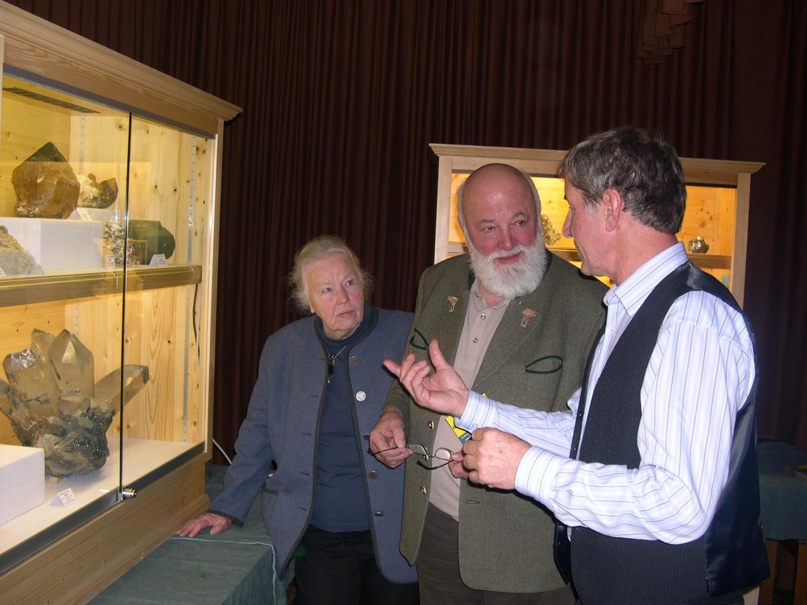 c Erich Mosser Heli und Sepp Forcher sind interessierte Gäste bei der Mineralien-Info in Bramberg.