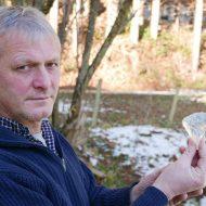 Herbert Schader aus Traunstein präsentiert sein Bergkristallbeil.