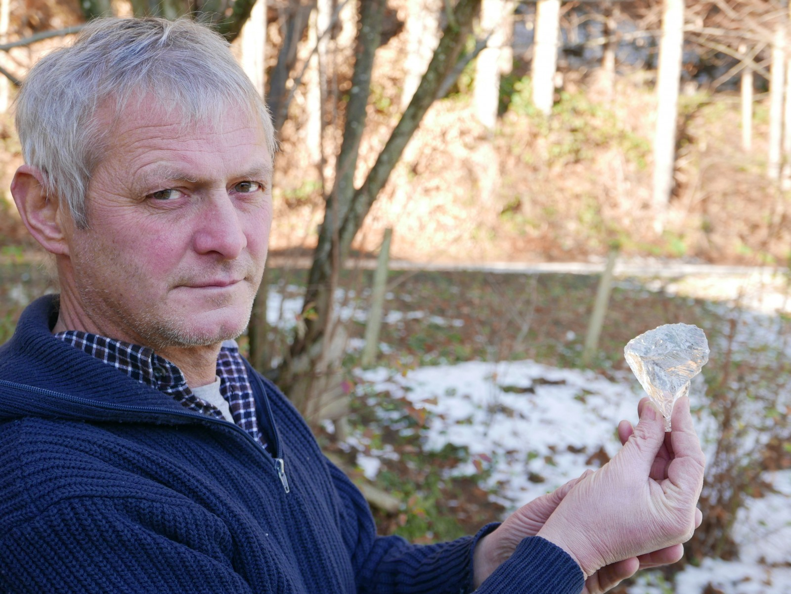 c Herbert Schader. Herbert Schader aus Traunstein präsentiert sein Bergkristallbeil.