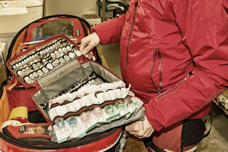c Edith Danzer Auch der Notarztrucksack wird täglich gecheckt.