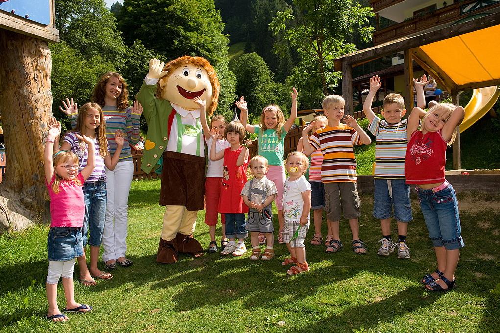 Kinderhotel Waldhof - Der Waldhofzwerg mit seiner Gästeschar