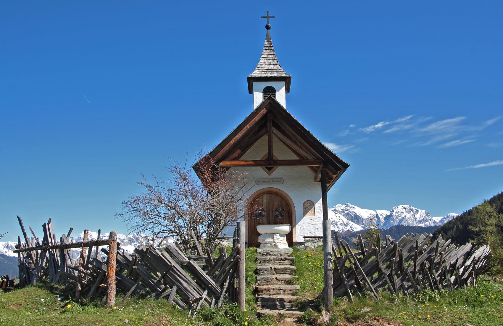 Die Kapelle liegt malerisch auf einer Bergkuppe